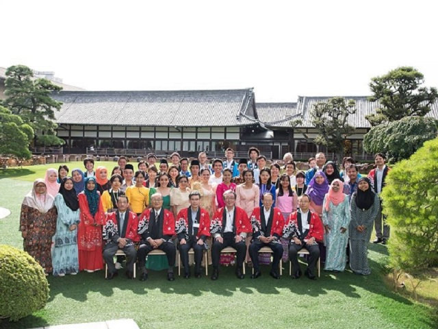 food tour group picture at Meiji-Kinenkan, Tokyo, Japan on the final day